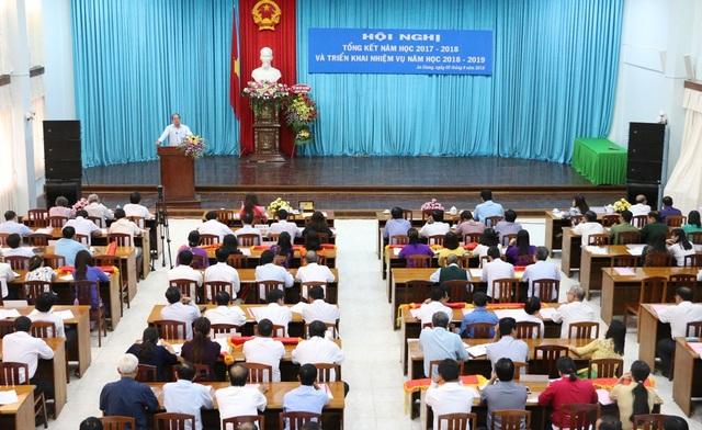 Phát biểu tại Hội nghị, ông Nguyễn Thanh Bình - Phó Chủ tịch UBND tỉnh An Giang chỉ đạo ngành giáo dục cần tăng cường công tác kiểm tra các cơ sở mầm non, tránh bạo hành trẻ và nhất là phối hợp với các ngành không để học sinh bỏ học vì hoàn cảnh khó khăn
