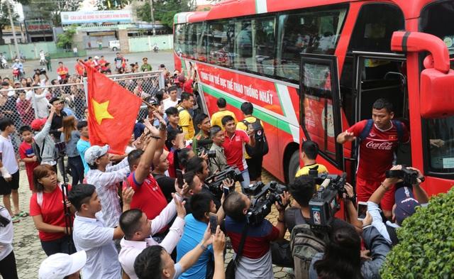 Đông đảo người hâm mộ Bình Dương đón đội bóng của HLV Park Hang Seo
