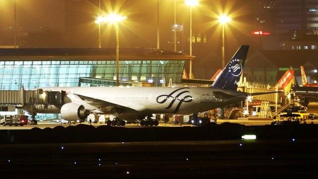 Hệ thống điện trên các đường lăn để thắp sáng các loại đèn chuyên dụng nhằm giúp máy bay di chuyển dễ dàng vào ban đêm.