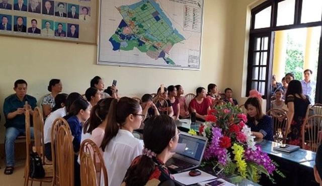Đông đảo phụ huynh học sinh làm việc với nhà trường để làm rõ những khoản thu chi trái quy định.