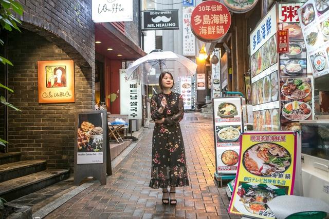 Oh Eun-jeong đứng tại quán cafe tại Seoul - nơi cô cho ra đời các tác phẩm thơ của mình. (Ảnh: Washington Post)