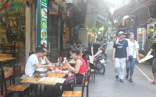 Nhiều dịch vụ dành cho Tây ba lô ở phố cổ Hà Nội đang ăn nên làm ra.
