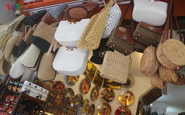 Du khách nước ngoài mê các món hàng thủ công mỹ nghệ hand-made (làm bằng tay)./.