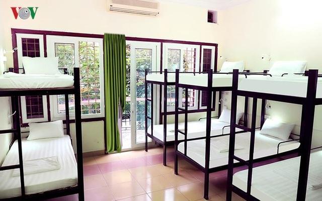 Với ngân sách vừa phải, khách Tây ba lô vẫn có nhiều sự lựa chọn khi lưu trú ở phố cổ Hà Nội, giá cả chỉ khoảng từ 3-6 USD/đêm (tương đương 80.000-120.000 đồng/đêm).