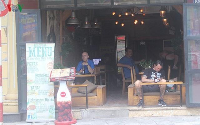 Do đó, các nhà hàng, quán cà phê phố cổ hầu như lúc nào cũng đông khách.
