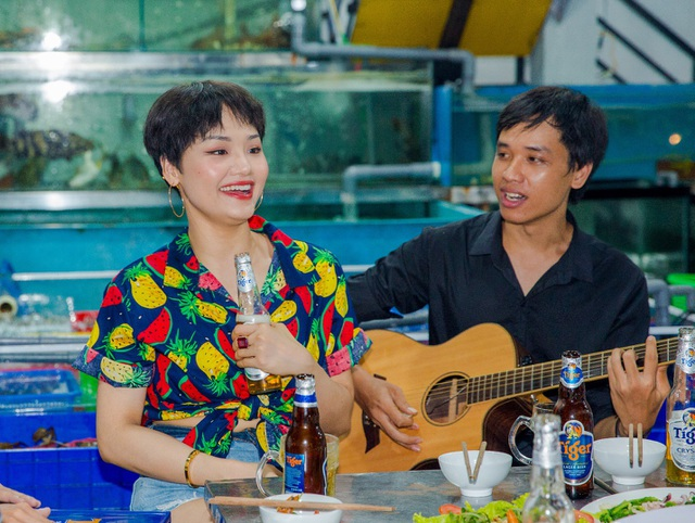 """Miu Lê gây bão mạng khi """"lộ"""" clip hát ở quán lề đường - 5"""