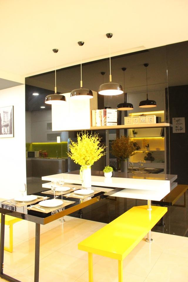 Khu vực bàn ăn được thiết kế ấn tượng với hệ thống quầy bar thông minh. Nếu thích, gia chủ có thể lắp đặt thêm nội thất này để tạo nên dấu ấn riêng cho căn hộ.