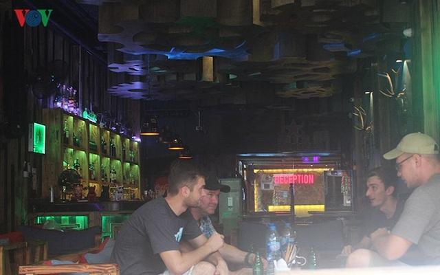 Tây ba lô thích tới các quán bar ở phố cổ, nơi họ thoải mái chuyện trò và giao lưu.