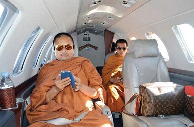 Wiraphon Sukphon nổi tiếng với bộ sưu tập xế hộp, hàng loạt các phụ kiện hàng hiệu cùng hàng triệu USD trong tài khoản. (Ảnh: Bangkok Post)