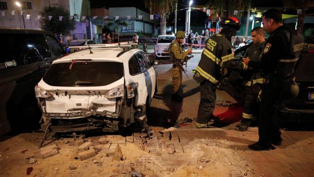 Đội cứu hộ Israel có mặt tại khu vực bị trúng tên lửa ở thành phố Sderot (Ảnh: Reuters)
