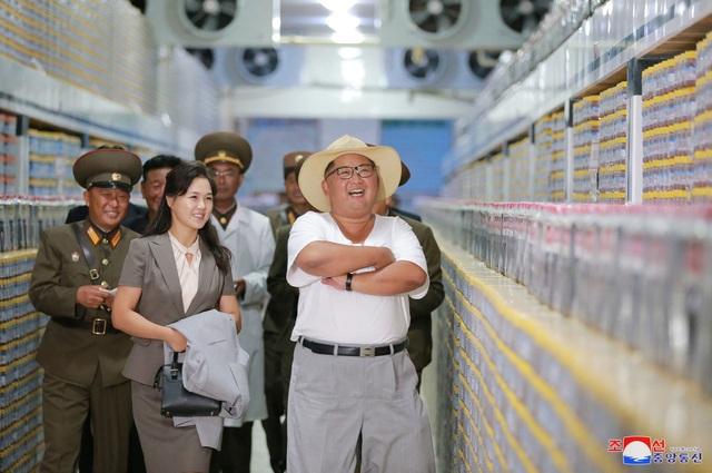 Đệ nhất phu nhân Triều Tiên Ri Sol cũng tháp tùng ông Kim Jong-un trong chuyến thị sát này. Bà được nhìn thấy cầm trên tay áo khoác ngoài của chồng.