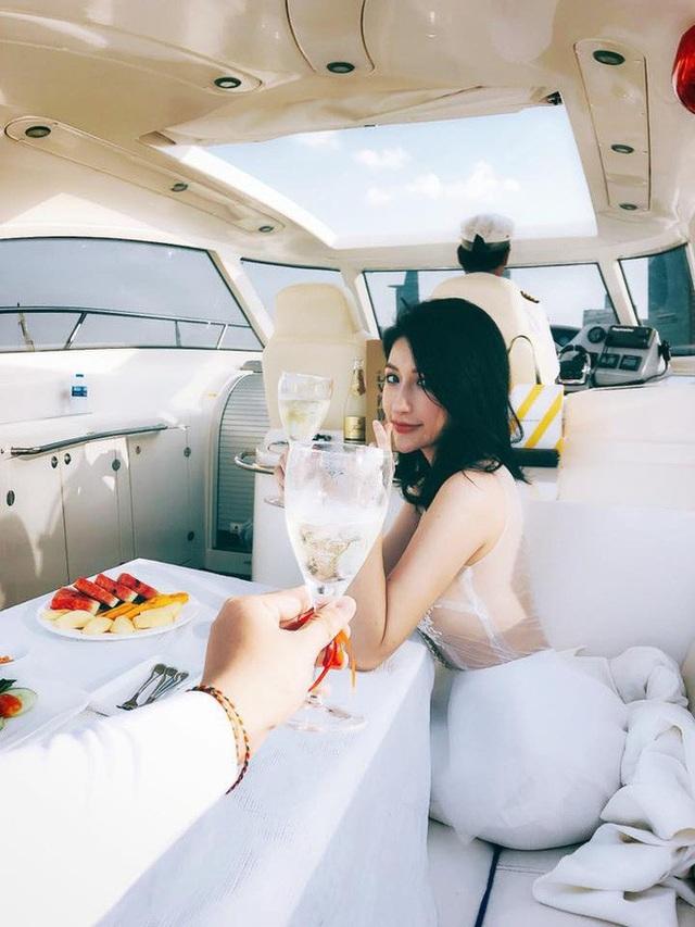 Cựu hot girl và ông xã cực đẹp đôi khi xuất hiện bên nhau tình bể tình. Họ diện trang phục tông trắng, nở nụ cười hạnh phúc trong không gian sang chảnh. Những điều ngọt ngào của Vân Navy có được ở hiện tại chính là lời hồi đáp ngọt ngào cho những nỗ lực và cố gắng của cô nàng suốt thời gian thanh xuân.