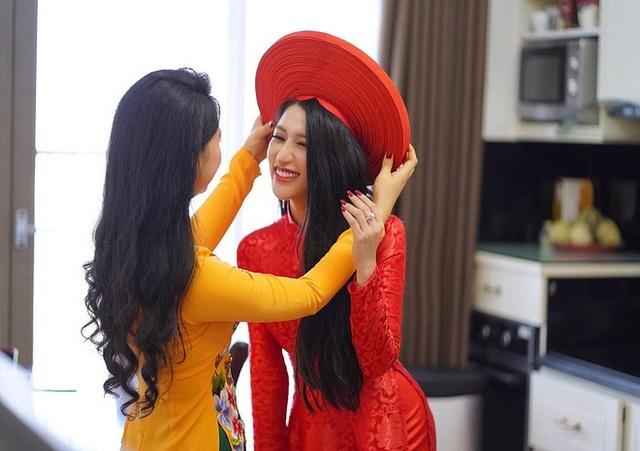 Vân Navy xinh đẹp lộng lẫy với áo dài đỏ rực.