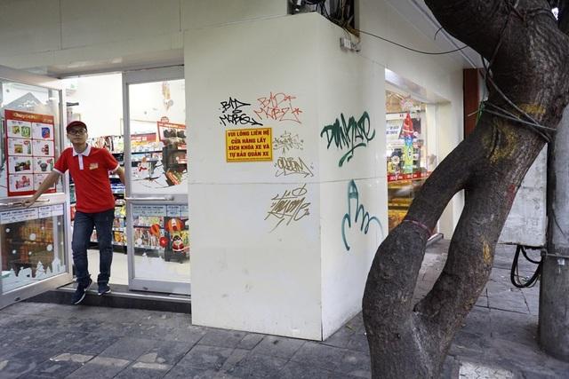 Nhiều cửa hàng mới sửa sang đã bị vẽ bẩn sau ít ngày.