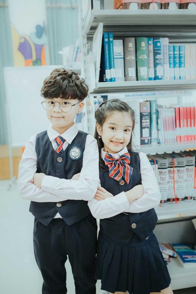 Chủ nhân của bộ ảnh này chính là bé Dương Ngọc Bảo Hân (6 tuổi) và bé Vũ Gia Bảo Huy (7 tuổi), đôi bạn thân nhí này cùng học chung một lớp về kĩ năng.