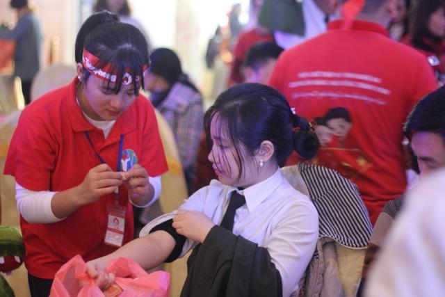 """Đây là lần thứ 10 chương trình Chủ nhật đỏ được tổ chức tại Nghệ An và là một trong những chuỗi hoạt động hưởng ứng chiến dịch vận động hiến máu tình nguyện trong dịp """"Tết Nguyên Đán – Lễ hội Xuân hồng"""" năm 2018."""