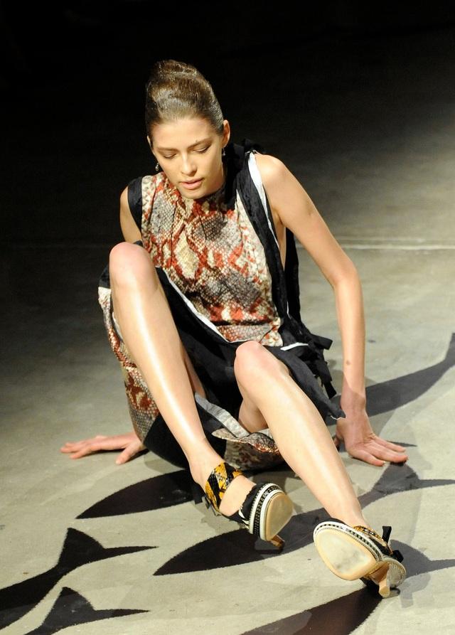 Cú loạng choạng tại Tuần lễ Thời trang Milan 2008.
