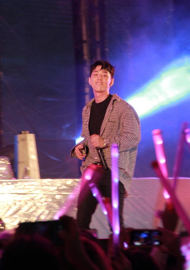 Các nghệ sĩ KPOP cùng các sao trong nước trình diễn sôi động trong đêm nhạc chào đón năm mới cùng người dân và du khách ở Đà Nẵng