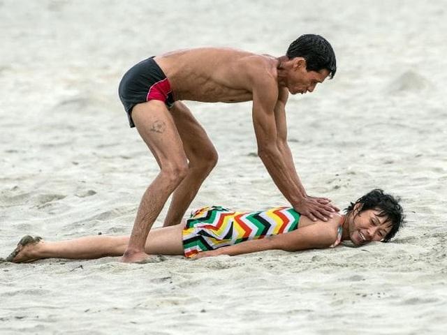 Một cặp vợ chồng đang giúp nhau massage thư giãn trên bãi biển ở Wonsan. Ảnh chụp hôm 22/8 vừa qua.