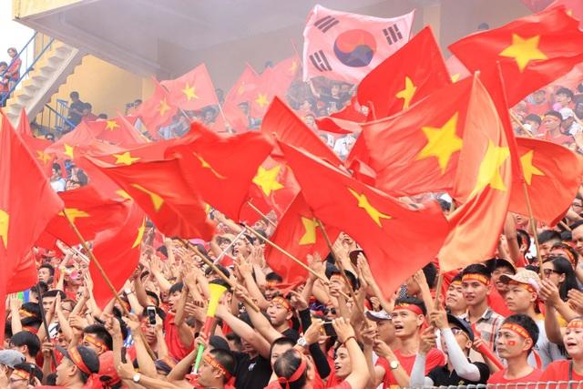 Xen lẫn giữa hàng trăm lá cờ đỏ sao vàng là cả cờ Hàn Quốc, quê hương của HLV Park Hang Seo.