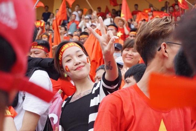 Hàng nghìn cổ động viên 'đốt cháy' không khí SVĐ Hàng Đẫy, cổ vũ Olympic Việt Nam - 4