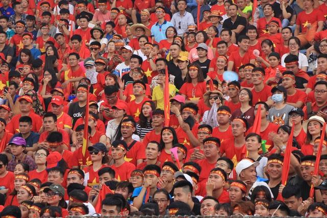 Không khí như nín lặng khi các cầu thủ UAE ghi bàn trước vào lưới Olympic Việt Nam.