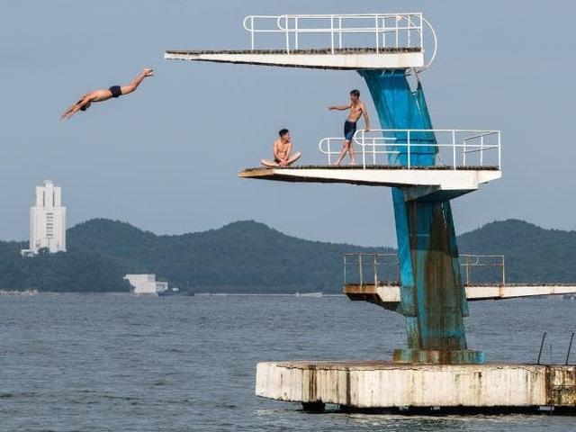 Nhóm thanh niên tập trung tại một khu vực ở Wonsan để nhảy cầu.