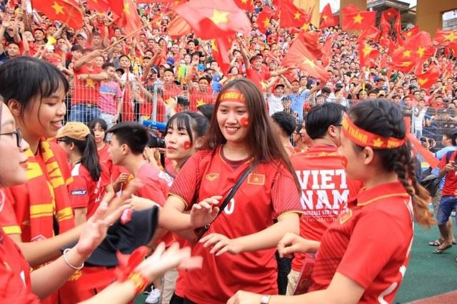 Hàng nghìn cổ động viên 'đốt cháy' không khí SVĐ Hàng Đẫy, cổ vũ Olympic Việt Nam - 12