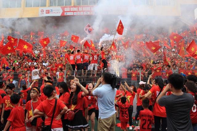 ... và màn đốt pháo ăn mừng rực rỡ khi các cầu thủ Việt Nam ghi bàn gỡ hoà 1-1.