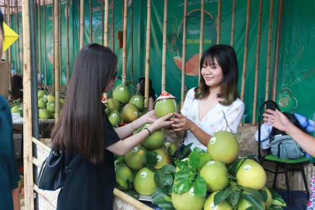 Du khách lựa chọn và mua những trái thanh trà thơm, ngon mang về