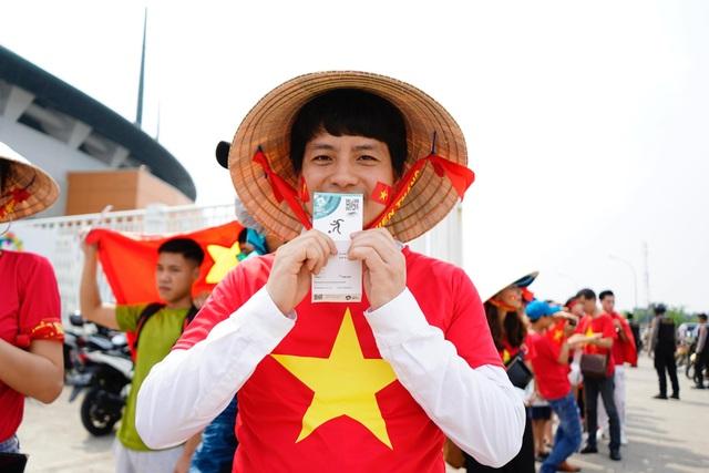 Và cổ động viên Việt Nam