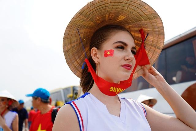 Rực sắc đỏ của cổ động viên Việt Nam tại sân Pakansari - 8