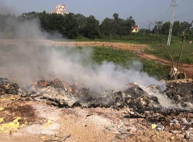 Vụ đổ trộm rác thải táo tợn tại Bắc Giang: Người dân tố có đầu gấu bảo kê? - Ảnh 1.