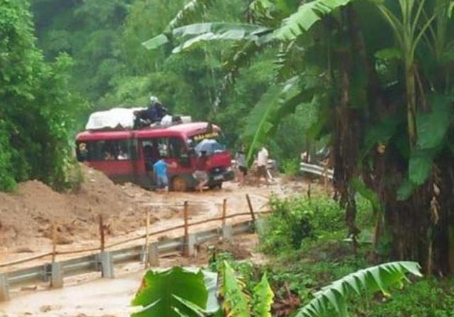 Các phương tiện chưa thể lưu thông do tình trạng sạt lở