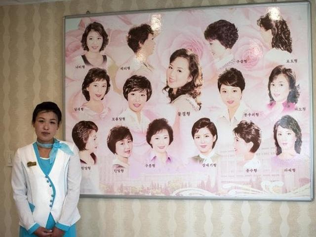 Một nữ nhân viên phục vụ trong cửa tiệm cắt tóc đặt tại công viên nước phức hợp giải trí Munsu ở Bình Nhưỡng.