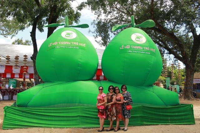 Lễ hội thu hút hàng nghìn lượt khách tham quan và mua sắm