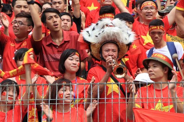 Hàng nghìn cổ động viên 'đốt cháy' không khí SVĐ Hàng Đẫy, cổ vũ Olympic Việt Nam - 7