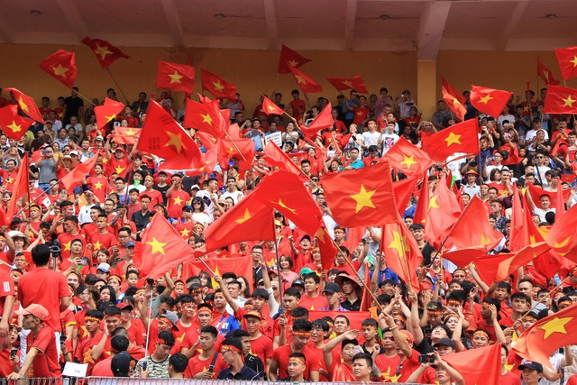 Hàng nghìn cổ động viên 'đốt cháy' không khí SVĐ Hàng Đẫy, cổ vũ Olympic Việt Nam - 10