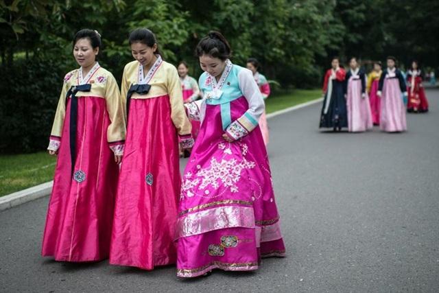 Những cô giá Triều Tiên trong trang phục truyền thống, cùng nhau tới Đài tưởng niệm Mansu.