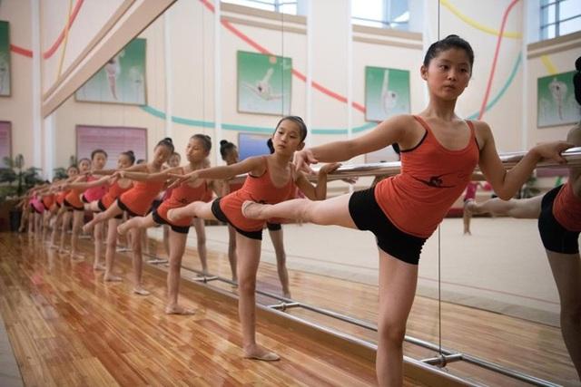 Các thế hệ mầm non tương lai của Triều Tiên trong một lớp học múa ba lê ở cung thiếu nhi Mangyongdae, Bình Nhưỡng.