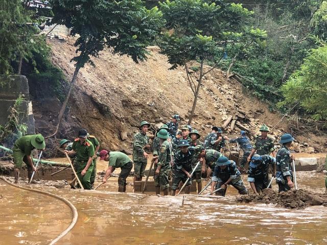 Bộ đội và Công an huyện Mai Sơn đang dọn dẹp bùn đất tại sân trường Phổ thông Dân tộc bán trú THCS Nà Ớt, huyện Mai Sơn, tỉnh Sơn La (ngày 1/9)