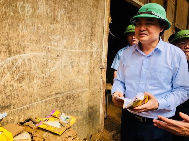 Bộ trưởng Phùng Xuân Nhạ thăm Trường Phổ thông dân tộc bán trú THCS Nà Ớt bị lũ tràn qua trước Lễ khai giảng năm học mới