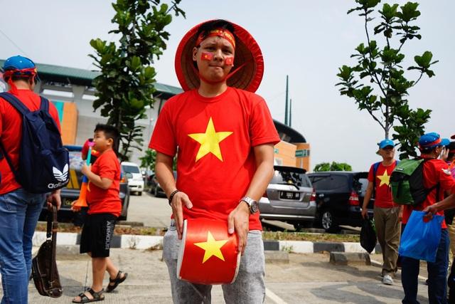 Rực sắc đỏ của cổ động viên Việt Nam tại sân Pakansari - 5