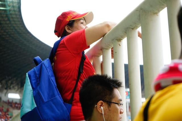Khi thấy các cầu thủ tiến về khán đài chào khán giả, cô Phan Huyền Thu, đến từ Đà Nẵng đã hét vang: Cố lên các con, còn nhiều cơ hội lắm!
