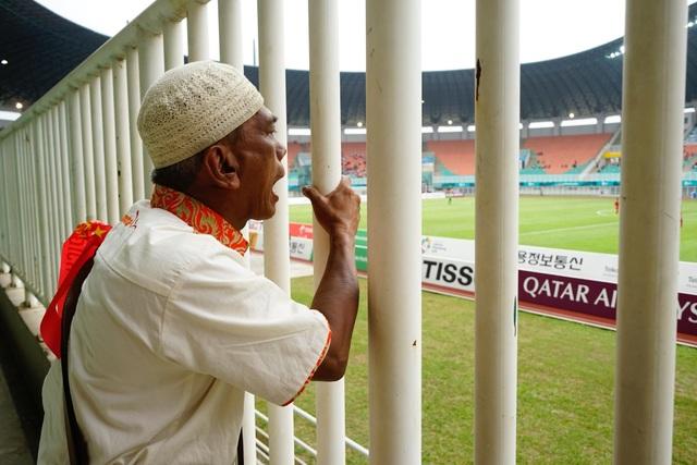 Ông Indra, 58 tuổi, cổ vũ nhiệt thành và rất yêu mến lối chơi của đội Olympic Việt Nam