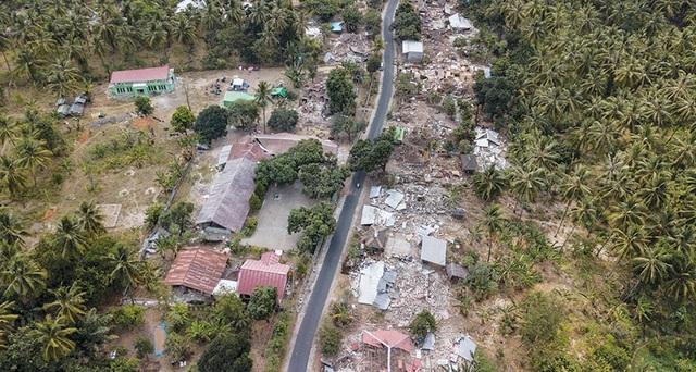 Ảnh: Bốn ngày sau trận động đất 7.0 độ richter làm rung chuyển đảo Lombok của Indonesia, vào ngày 5 tháng 8, một cơn dư chấn 5,9 độ richter đã gây thiệt hại thêm cho hòn đảo bị tàn phá này.