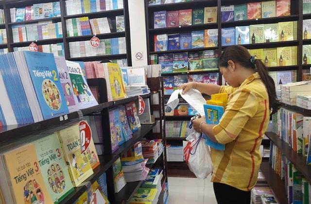 Phụ huynh tìm mua sách và đồ dùng học tập theo yêu cầu từ phía giáo viên, nhà trường