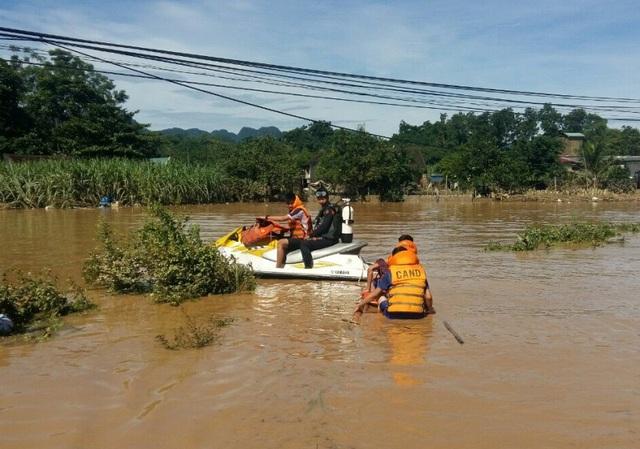 Lực lượng Cảnh sát Phòng cháy chữa cháy đang tìm kiếm các nạn nhân mất tích
