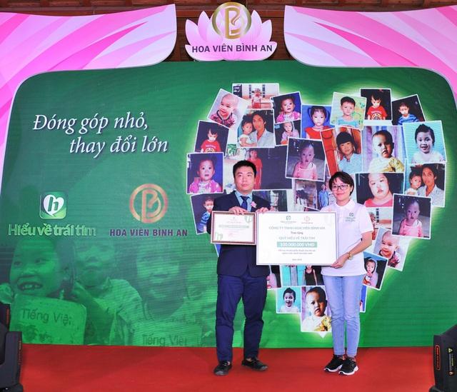Hoa Viên Bình An hợp tác với Quỹ Hiểu về Trái tim - Ông Trần Mạnh Hoàn, Tổng giám đốc Công ty Hoa Viên Bình An và Bà Trương Cẩm Loan, Đại diện cho Quỹ Hiểu về Trái tim