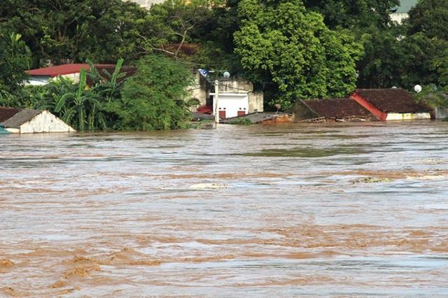 Nhiều địa phương vẫn ngập sâu trong lũ